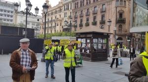 Manifestación de Yayoflautas pasando en fila india serpenteante por Las Tendillas