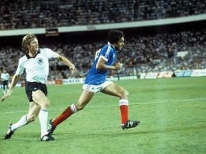 Förster y Platini luchan en la semifinal de 1982