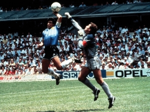 Maradona anota su célebre gol ante Inglaterra con la mano
