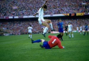 Piturca salta sobre Urruti en la final de Sevilla del 86