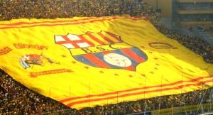 La hinchada del SC Barcelona de Guayaquil exhibe un enorme tifo en su Monumental. La similitud de su escudo con el del club culé es total