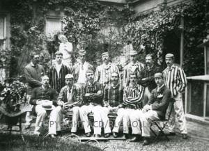 Conan-Doyle, en el centro de la fila superior y con bigote, con su equipo de cricket de Portsmouth