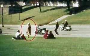 El mitad del tiroteo de Elm Street, Lady Babushka se mantiene de pie como si no pasara nada