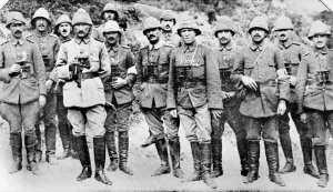 Mustafá Kemal, Atatürk, junto a otros oficiales durante la batalla