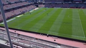 Un solitario aficionado del Córdoba espera la salida de sus jugadores