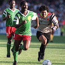 Milla se dispone a marcar después de robarle la pelota a Higuita en los octavos de Italia'90