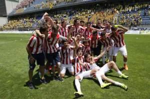 Los jugadores del filial del Athletic festejan su ascenso sobre el césped del Carranza