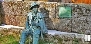 Estatua en Santiago de Rubiás de Delfín Modesto Brandán, el último Juez del Couto Mixto