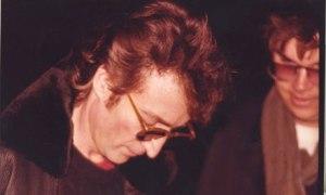 """La mítica foto de Paul Goresh en la que Lennon le firma a Chapman su copia del """"Double Fantasy"""" horas antes de que éste le asesinara"""