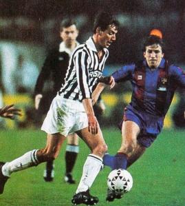 Pacione ante Víctor Muñoz en el partido que marcó su carrera