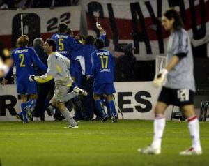 Boca celebra su triunfo sobre River en las semis de la Libertadores de 2004