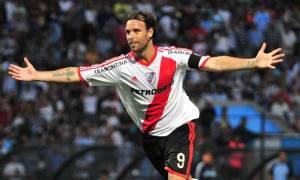 Cavenaghi celebrando un gol con la camiseta de su club