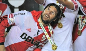 Cavenaghi mira el trofeo de la Libertadores que acaba de conquistar con su medalla al cuello