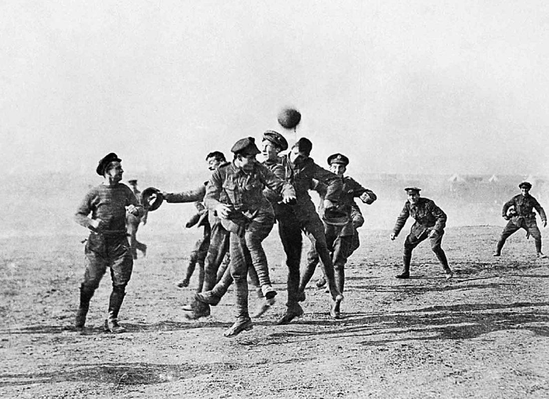 Jugadores de los dos bandos enfrentados en la guerra juegan entre las trincheras un partido
